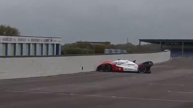 Otonom Yarış Aracı, Daha Yarış Başlamadan Kaza Yaptı [Video]